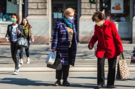 Idősek vásárolnak a koronavírus idején